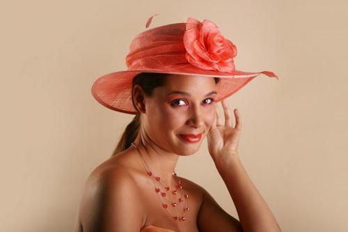 Chapeau rouge avec une fleur en dentelle pour la mariée