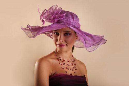 Chapeau violet en dentelle pour la mariée