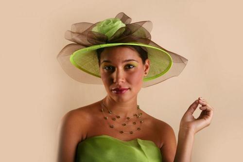 Chapeau vert avec fleur pour la mariée