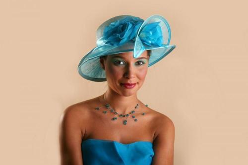 Chapeau bleu avec fleur en dentelle pour la mariée