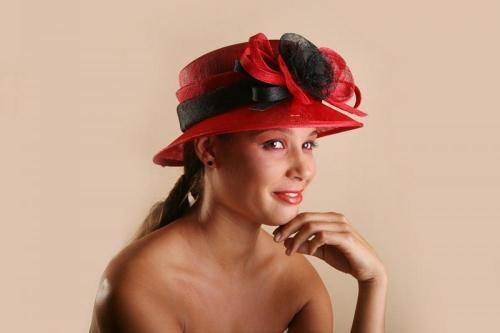 Chapeau rouge avec rubans noir pour la mariée