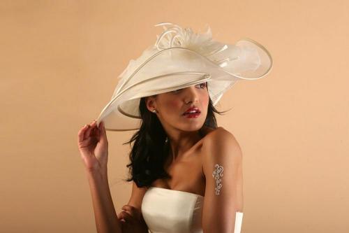 Chapeau blanc ondulé avec fleur pour la mariée