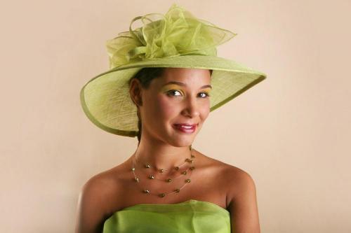 Chapeau vert en dentelle pour la mariée