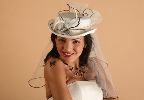 Chapeau blanc avec voile pour la mariée