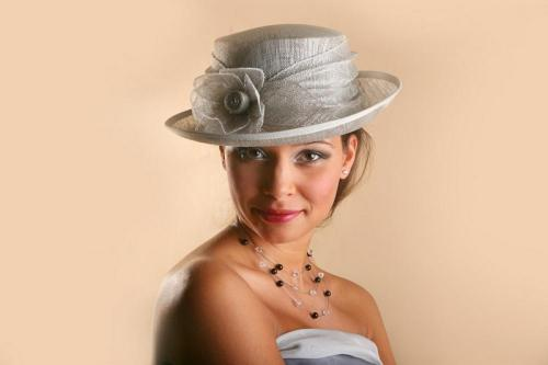 Chapeau gris avec fleur en dentelle pour la mariée