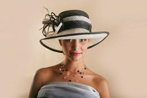 Chapeau blanc avec ruban noir pour la mariée