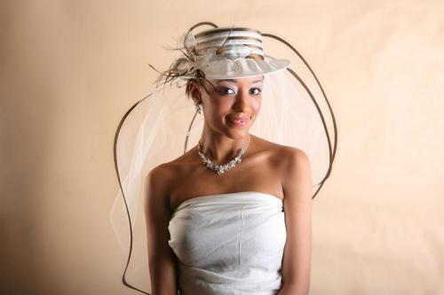 Chapeau blanc avec rubans or et voile pour la mariée