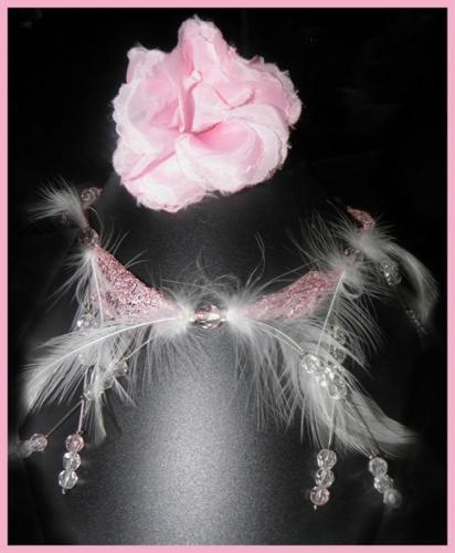 Coiffes rose à plumes et perles pour la mariée