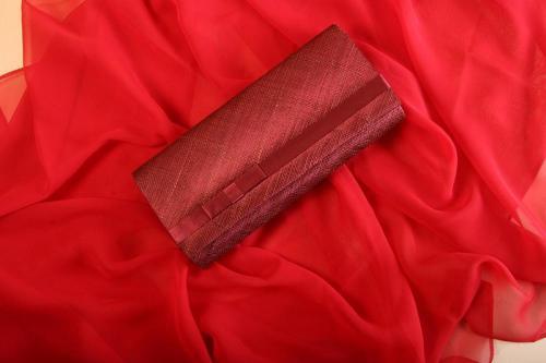 Pochette rouge pour la mariée