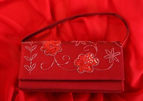 Pochette rouge avec fleurs et dessins pour la mariée